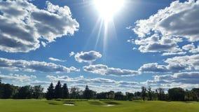 Zielony krajobraz z chmurami i słońcem Obraz Royalty Free