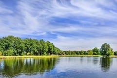 Zielony krajobraz z kanałem niebieskim niebem z dramatycznym obłocznym kształtem i, Tilburg, holandie Zdjęcia Royalty Free