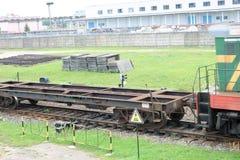 Zielony kruszcowy żelazo toczył pociąg towarowego, lokomotywa dla frachtu towary na poręczach przy stacją kolejową zdjęcia stock