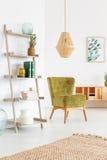Zielony krzesło wewnątrz relaksuje pokój Zdjęcia Royalty Free