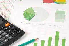 Zielony kulebiak i prętowe mapy z kalkulatorem Obraz Stock
