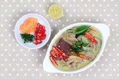 Zielony kurczaka curry w kokosowym mleku słuzyć z bocznym naczyniem Zdjęcia Stock