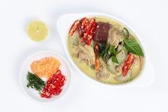 Zielony kurczaka curry w kokosowym mleku słuzyć z bocznym naczyniem na bielu Zdjęcie Stock