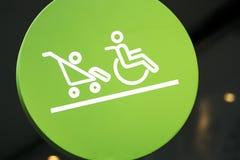 Zielony kurenda znak Zarezewowany teren dla Niepełnosprawnego i dziecka fotografia stock