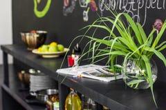 Zielony kwiat w przejrzystej round wazie i talerzu owoc dalej zdjęcia royalty free