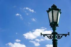 Zielony lamppost na tle niebieskie niebo Fotografia Stock