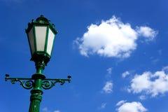 Zielony lamppost na tle niebieskie niebo Zdjęcia Stock