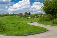 Zielony lato krajobraz w Kyiv ogr?dzie botanicznym fotografia royalty free