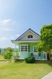 Zielony małego domu amerykanina styl od podwórka z zieloną trawą zdjęcia royalty free