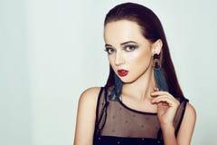 zielony makeup Piękna dziewczyna z makeup odizolowywającym na tle Oko makijaż i zmysłowe wargi elegancka fryzura brunetka fotografia stock