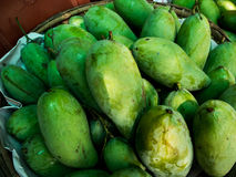 Zielony mango dla sprzedaży w rynku Obraz Stock