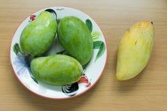Zielony mango i koloru żółtego mango Zdjęcia Royalty Free
