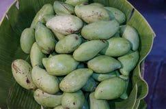 Zielony mango i zieleń liść na drewnianym biurku koszykowym i starym, grupa mango owoc, organicznie surowy mango zdjęcie stock
