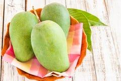 Zielony mango na drewnianym tle Fotografia Royalty Free