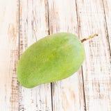 Zielony mango na drewnianym tle Zdjęcia Royalty Free