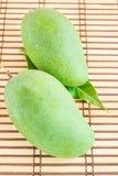 Zielony mango na drewnianym tle Obrazy Stock