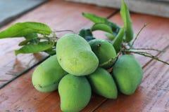 Zielony mango na stole Obraz Royalty Free