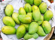 Zielony mango w koszu Fotografia Stock