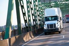 Zielony międzystanowy most z commertial zafrachtowaniami semi przewozi samochodem na h obraz royalty free