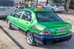 Zielony Mitsubishi Lancer GLX taxi samochód w Aqaba mieście zdjęcia stock