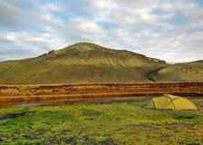 Zielony namiot upadał obok rzeki z zieloną górą w tle, Alftavatn campsite, Laugavegur, Iceland obraz stock