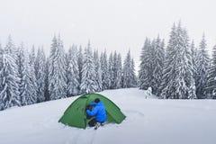 Zielony namiot w zim górach obrazy royalty free