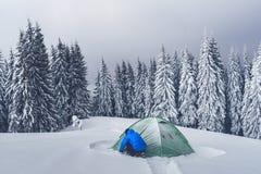 Zielony namiot w zim górach zdjęcia royalty free
