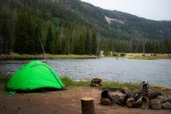 Zielony namiotowy camping obok jeziora obrazy stock