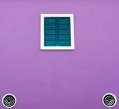 Zielony okno i chłodniczy fan na purpury ścianie obraz royalty free