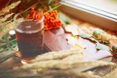 zielony okrąg w szaliku okno z liśćmi klonowymi i krople w po deszczu, jesieni, sezonie/gdy ty potrzebujesz ciepłych napoje Obrazy Stock