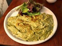 Zielony Omelette z Pesto sałatką i kumberlandem słuzyć przy restauracją fotografia stock