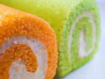 Zielony pandan i Pomarańczowy smak rolki tort obrazy stock