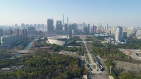 Zielony park i Szanghaj śródmieście przy słonecznym dniem Chiny widok z lotu ptaka Truteń Lata Naprzód i Up zbiory