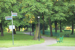 Zielony park z guidepost obraz royalty free