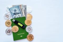 Zielony paszport, biel, tożsamości potwierdzenie Pamięci karty USB kija kiesa USA dolary USD, metal monet złota srebro Fotografia Stock
