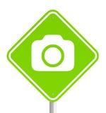 Zielony pemissive ruchu drogowego znak z kamery ikoną Fotografia Royalty Free