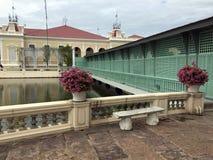 Zielony piękny most dla krzyża jezioro od Królewskiego Końskiego Karecianego muzeum Warophat Phiman tronu sala Obrazy Royalty Free