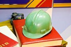 Zielony plastikowy zbawczy hełm dla pracownika Ochronny hełm ochraniać głowę ludzie działać obrazy stock