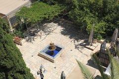 Zielony podwórze z fontanną w Jerozolima fotografia royalty free