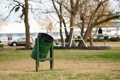 Zielony pojemnik na śmiecie Zakotwiczający W parku Zdjęcia Stock