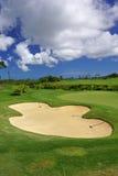Zielony pole golfowe panoramy piaska bunkier z niebieskim niebem w lecie zdjęcie stock