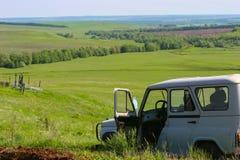 Zielony pole i otwarty agronoma samochód Fotografia Royalty Free