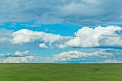Zielony pole z chmurami Obraz Stock