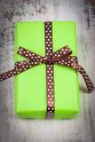 Zielony prezent dla bożych narodzeń lub innego świętowania na drewnianej desce Fotografia Royalty Free