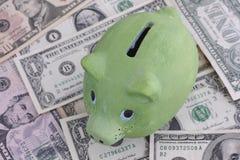 Zielony prosiątko bank, dolary i Zdjęcia Stock