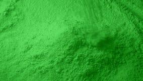 Zielony proszek nalewa w stos zdjęcie wideo