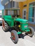 Zielony rocznika ciągnik, Grecja zdjęcia stock