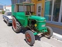 Zielony rocznika ciągnik, Grecja obraz stock