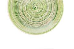 Zielony round ceramiczny talerz z spirala wzorem na bielu, odosobnionym obraz royalty free