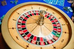zielony ruleta stół z barwionymi układami scalonymi przygotowywającymi bawić się zdjęcie stock